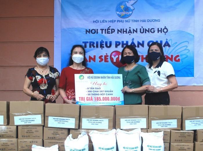 Hội Nữ Doanh nhân tỉnh Hải Dương ủng hộ 8 tấn gạo, 300 chai sát khuẩn, 50 thùng bột canh trị giá 185 triệu đồng